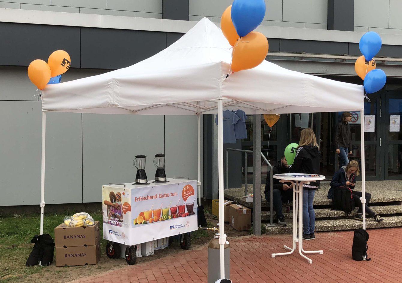 Stand der Volksbank im Wesertal - Smoothie-Promotion