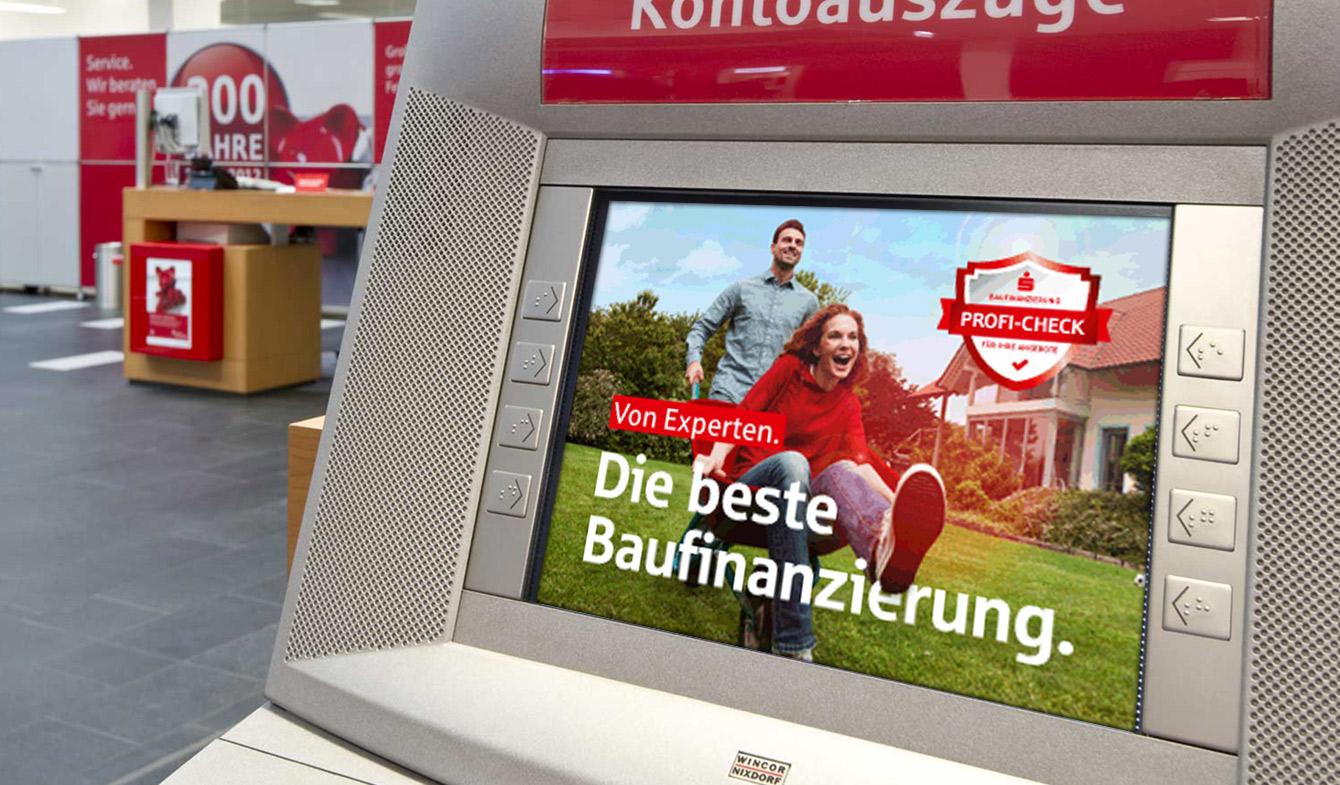 Banner der Baufinanzierungs-Kampagne auf den Kontoauszugsdruckern der Sparkasse Oder-Spree.